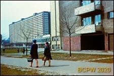 Osiedle Robotnicze im. Juliana Marchlewskiego, fragment elewacji budynku mieszkalnego oraz pawilon handlowy, Katowice