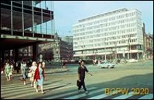 Śródmieście, nowe budynki pośród starej zabudowy, przejście dla pieszych na skrzyżowaniu ulic, Katowice