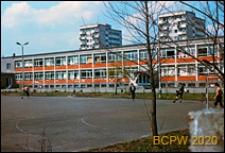 Osiedle Bronowice, szkoła podstawowa, widok od strony boiska szkolnego, Kraków