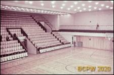 Hala sportowa Z. S. Włókniarz (Korona), boisko do koszykówki z widocznymi trybunami, Kraków
