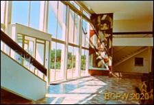 Ośrodek wypoczynkowy Delfin, hall z wejściem, mozaiką na ścianie wewnątrz budynku i schodami na piętro, Jastrzębia Góra-Lisi Jar