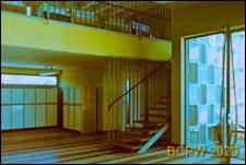 Ośrodek wypoczynkowy Delfin, schody prowadzące do pierwszego piętra oraz łóżka ustawione wzdłuż barierki, Jastrzębia Góra-Lisi Jar