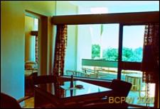 Ośrodek wypoczynkowy Delfin, pokój ze stolikiem i fotelami oraz sypialnia, Jastrzębia Góra-Lisi Jar