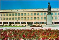 Uniwersytet Marii Curie-Skłodowskiej, Plac Marii Curie-Skłodowskiej z pomnikiem Marii Curie-Skłodowskiej na tle Wydziału Matematyki i Fizyki, Lublin