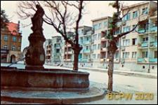 Stare Miasto, rynek, nowy blok mieszkalny obok starej zabudowy, Lwówek