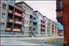 Stare Miasto, nowe budownictwo z kolorowymi balkonami i fragment starej kamienicy, Lwówek