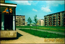 Osiedle mieszkaniowe, widok na bloki i pawilony handlowe, Kraków-Nowa Huta
