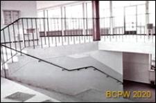 Szkoła podstawowa, hol ze schodami, wejście na piętro, Kraków-Nowa Huta