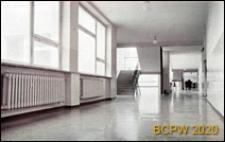 Szkoła podstawowa, korytarz szkolny i schody z poręczami, Kraków-Nowa Huta
