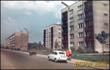 Zabudowa mieszkaniowa wzdłuż arterii komunikacyjnej, osiedle mieszkaniowe z pięciokondygnacyjnymi budynkami mieszkalnymi, zbliżenie, Tychy-Nowe Tychy
