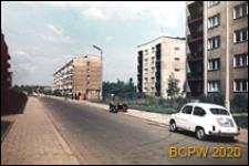 Zabudowa mieszkaniowa wzdłuż arterii komunikacyjnej, osiedle mieszkaniowe z pięciokondygnacyjnymi budynkami mieszkalnymi, widok ogólny, Tychy-Nowe Tychy