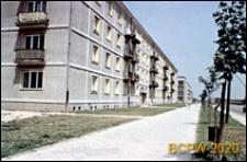 Zabudowa mieszkaniowa wzdłuż arterii komunikacyjnej, osiedle mieszkaniowe z czterokondygnacyjnymi budynkami mieszkalnymi i zielenią, Tychy-Nowe Tychy