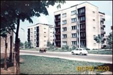 Zabudowa mieszkaniowa wzdłuż arterii komunikacyjnej, osiedle mieszkaniowe z pięciokondygnacyjnymi budynkami mieszkalnymi i zielenią, zbliżenie, Tychy-Nowe Tychy