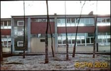 Osiedle E (E3), Szkoła Podstawowa nr 12 (obecnie Zespół Szkół nr 2) przy ulicy Elfów 9, widok zewnętrzny z drzewami, zbliżenie, Tychy-Nowe Tychy