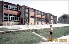 Osiedle E (E3), Szkoła Podstawowa nr 12 (obecnie Zespół Szkół nr 2) przy ulicy Elfów 9, w tle budynek mieszklany, Tychy-Nowe Tychy