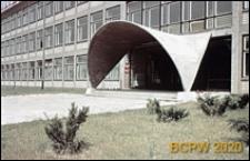 Osiedle E, Zespół Szkół Budowlanych nr 5 w Tychach przy ulicy Edukacji 11, łupinowy daszek nad wejściem do budynku, Tychy-Nowe Tychy