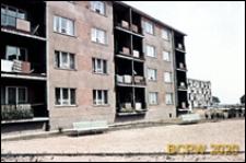 Osiedle mieszkaniowe Przymorze, czterokondygnacyjny budynek mieszklany, zbliżenie budynku z balkonami, Gdańsk-Przymorze