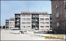 Osiedle mieszkaniowe Przymorze z ciągiem czterokondygnacyjnych budynków mieszklanych, widok zabudowy wnętrza międzyblokowego, Gdańsk-Przymorze