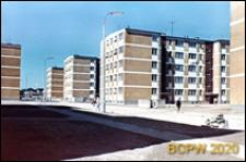Osiedle mieszkaniowe Przymorze, budynki mieszkalne pięciokondygnacyjne, widok od strony uliczki osiedlowej, Gdańsk-Przymorze
