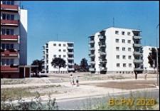 Osiedle mieszkaniowe Przymorze, budynki pięciokondygnacyjne, fragment budynku z balkonami i zadaszonym wejściem do bloku, widok zabudowy międzyblokowej od strony ulicy, Gdańsk-Przymorze