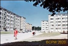 Osiedle mieszkaniowe Przymorze, budynki mieszkalne pięciokondygnacyjne, zabudowa międzyblokowa z uliczką i bocznymi chodnikami, Gdańsk-Przymorze