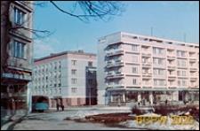 Zabudowa mieszkaniowa w centrum z pawilonami handlowo-usługowymi na parterze, okolice baru Cristal, widok zimą, Gdańsk-Wrzeszcz