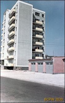 Osiedle mieszkaniowe Przymorze, wieżowiec i osiedlowe garaże, widok od strony ulicy, Gdańsk-Przymorze