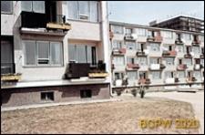Osiedle mieszkaniowe Przymorze, fragment zabudowy z widokiem na blok w trakcie prac budowlanych, Gdańsk-Przymorze