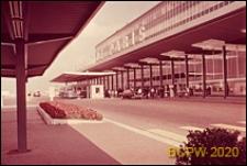 Port lotniczy Paryż-Orly, widok na budynek lotniska od strony wiaty, Francja