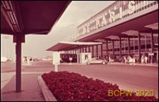 Port lotniczy Paryż-Orly, fragment elewacji budynku, wejście do terminali, widok od strony wiaty, Francja