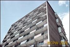 Widok zewnętrzny wieżowca przy skrzyżowaniu ulicy Grochowskiej z ulicą Grunwaldzką, zbliżenie balkonów, Poznań