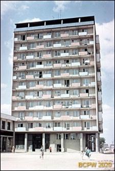 Widok ogólny wieżowca przy skrzyżowaniu ulicy Grochowskiej z ulicą Grunwaldzką, Poznań
