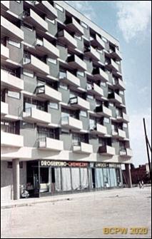 Plac Waryńskiego, niedaleko pętli tramwajowej, ośmiopiętrowy blok o trapezowych balkonach, widok od strony sklepu drogeryjno-chemicznego, Poznań