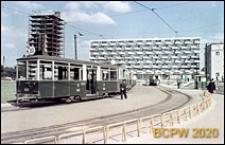 Plac Waryńskiego, niedaleko pętli tramwajowej, ośmiopiętrowy blok o trapezowych balkonach, widok od strony pętli tramwajowej, Poznań