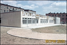 Szkoła podstawowa, budynek z mozaiką i bloki mieszkalne, Poznań