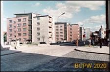 Śródmieście, ulica Mostnika, nowa zabudowa z pięciokondygnacyjnymi budynkami, widok od ulicy w stronę zamku, Słupsk