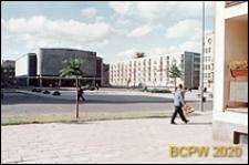 Śródmieście, Stary Rynek, Kino Millenium, obok ulica Grodzka 1 z budynkiem mieszkalnym na osiedlu XX-lecia, Słupsk