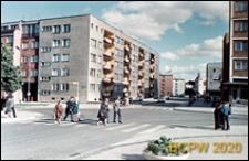 Śródmieście, skrzyżowanie ulic z przejściami dla pieszych, nowa zabudowa z pięciokondygnacyjnymi budynkami, widok od ulicy Mostnika w stronę zamku, Słupsk