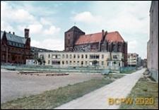 Żłobek nr 3 przy ulicy Łukasiewicza, niedaleko poczty i Kościoła Mariackiego, w tle bloki mieszkalne, Słupsk