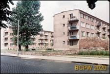 Budynki mieszkalne czterokondygnacyjne z niebiesko-białymi balkonami, widok od strony ulicy, Słupsk