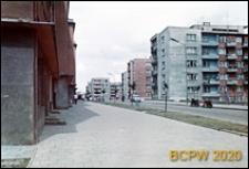 Fragment budynku od strony chodnika i pięciokondygnacyjne budynki mieszkalne, Słupsk