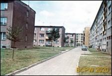 Teren wewnętrzny osiedla mieszkaniowego, budynki mieszkalne trzy i czterokondygnacyjne oddzielone osiedlową uliczką, Słupsk