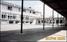 Szkoła podstawowa, obecnie Zespół Szkół Specjalnych nr 5, widok zewnętrzny szkoły i dziedzica z podcieniem i łącznikiem, Sopot