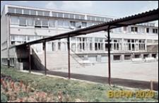 Szkoła podstawowa, obecnie Zespół Szkół Specjalnych nr 5, widok dziedzińca od strony schodów i podcienia, Sopot