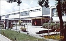 Szkoła podstawowa, widok od frontu z zadaszonym wejściem oraz ogrodzonym siatką terenem szkoły, Sopot
