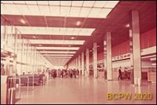 Port lotniczy Paryż-Orly, wnętrze gmachu lotniska, hol główny, odprawa bagażu, Francja