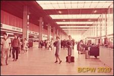 Port lotniczy Paryż-Orly, wnętrze gmachu lotniska, hol główny, widok ogólny, Francja