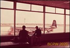 Port lotniczy Paryż-Orly, wnętrze gmachu lotniska, widok z okien pierwszego piętra na płytę lotniska, Francja