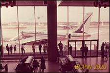 Port lotniczy Paryż-Orly, wnętrze, widok z antresoli na płytę lotniskową, Francja