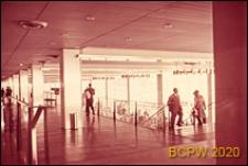 Port lotniczy Paryż-Orly, wnętrze hallu trzeciego piętra, fragment ze schodami na drugie pietro, Francja